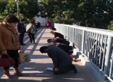 เจ้านายโหด สั่งลูกน้องคุกเข่ากลางสะพานลอย ฐานงานไม่เสร็จ!?