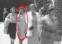 ผงะ!! ปริศนาหญิงสาว ใช้โทรศัพท์มือถือหลงยุค 1930 จริงไหม