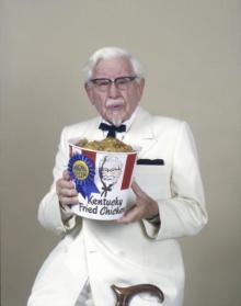 หาดูยาก!! ผู้พันแซนเดอร์ แห่ง KFC ในชุดประจำสูทขาวในทุกๆที่