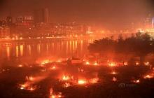 """ชาวบ้านแห่เผากระดาษวัน """"สารทจีน"""" ควันพิษคลุ้งทั้งเมือง"""