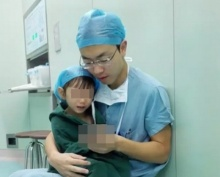 น่ารักที่สุด!!! กับวิธีที่คุณหมอใช้ปลอบคนไข้ตัวน้อยก่อนเข้า ผ่าตัดหัวใจ