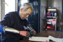 ชายไร้แขนแสนใจบุญ ผลิตมือกลให้ผู้พิการนับพัน