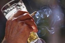 การสูบบุหรี่ทำให้เลิกแอลกอฮอล์ได้ยากขึ้น