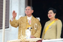 เบื้องหลังภาพ พระราชา-พระราชินี เคียงข้างฉลองราชย์ 60 ปี คือที่สุดของความรัก