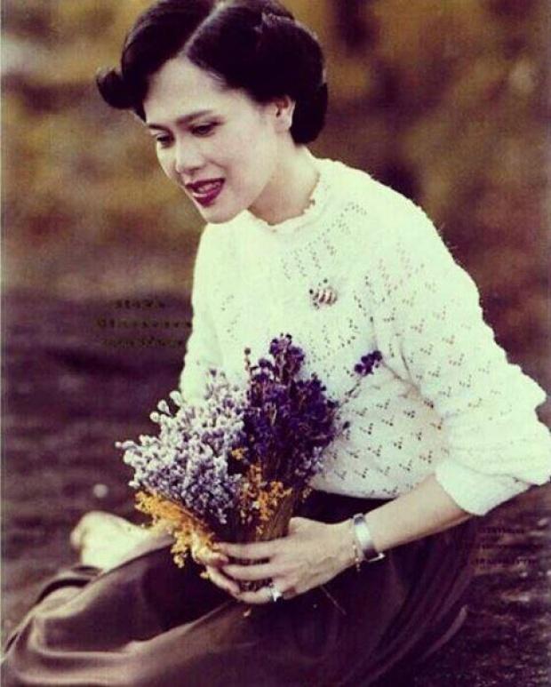 น่ารักจริงๆ ในหลวงทรงหยอกพระราชินี ขณะทอดพระเนตรเห็นดอกไม้ป่า