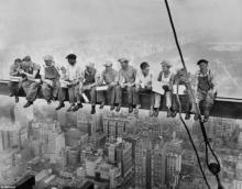 ภาพน่าหวาดเสียวคนงาน11คนนั่งคุยบนคานเหล็กชั้น69