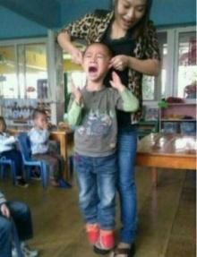 ชาวจีนด่าเละ! ครูสาวลงโทษเด็กสุดโหด แถมโพสต์ภาพอวด