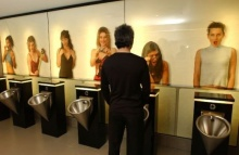 LG โปรโมท จอรุ่นใหม่ ในห้องน้ำชาย?