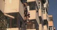 คลิปชาวจีนช่วยเหลือเพื่อนบ้านหวิดตกระเบียงอย่างทุลักทุเล