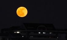 พระจันทร์ดวงเดิม ทำไมบางครั้งก็เหลือง บางครั้งก็ขาว?