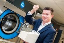 นวัตกรรมช่วยโลก นักวิทย์เจ๋งสร้างเครื่องซักผ้าไม่ใช้น้ำ ใช้เม็ดพลาสติกขจัดคราบแทน