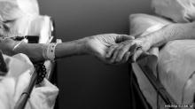 สุดซึ้ง คู่อเมริกันครองรัก 62 ปีจับมือกันก่อนสิ้นลมหายใจ