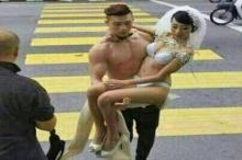 อาการหนัก!บ่าวสาวพิเรนทร์ใส่ชั้นในถ่ายรูปแต่งงานกลางเมือง