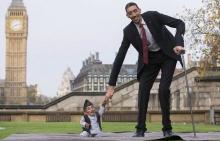 เมื่อคนตัวสูงที่สุดในโลกมาอยู่กับคนตัวเล็กที่สุด จะเป็นอย่างไร?