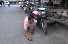 หนุ่มพิการสู้ชีวิตเดินสี่ขา ขายข้าวเหนียวปิ้งเลี้ยงพ่อแม่!!