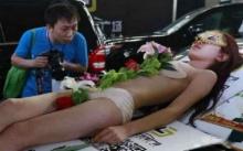 ฮือฮา มอเตอร์โชว์จีนร้อนฉ่า!! จ้างนางแบบเปลือยนอนบนรถเป็นเมนูซูชิ