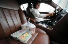 เอากะพี่แก! เศรษฐีจีนขับโรลส์รอยซ์คันละ 50 ล้าน ส่งอาหาร Delivery