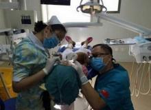 นับถือเลย!! หมอฟันคุกเข่าทำฟันให้เด็ก 9 ขวบ เกือบชั่วโมง
