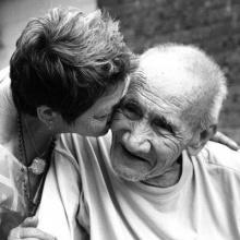 รักกันแบบคนสมัยก่อน วิธีดูแลความรักแบบคนแก่ ที่ควรเอากลับมาใช้!