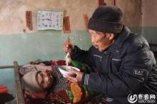 รักนิรันดร์!! สุดซึ้งคุณปู่ดูแลภรรยาที่ป่วยอัมพาตมากว่า 56 ปีไม่เคยทิ้งไปไหน...