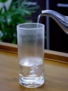 ทำไมเทน้ำร้อนใส่แก้วน้ำชนิดหนาจึงแตกง่าย