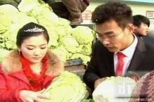 คู่แต่งงานในจีนแจกผักกาดแทนของชำร่วย