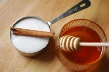 พี่น้องแห่งความหวาน: น้ำผึ้งกับน้ำตาลสมานแผล
