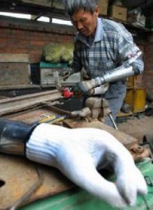 หนุ่มเจ๋งสร้างมือชีวประดิษฐ์เหตุไม่มีเงินซื้อแขนเทียมใส่