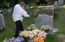 สุดปวดใจ ต้องทุบป้ายหลุมศพมารดาตัวเอง หลังถูกสั่ง บอกหรูเกินไป