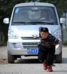 ฮือฮา อาตี๋น้อย 7 ขวบจีนสุดทรงพลังลากรถตู้ แบกถุงซีเมนต์ร้อยกิโล