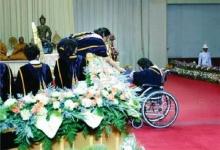 แพร่ภาพตื้นตันใจ ′พระเทพฯ′ ทรงโน้มพระวรกาย พระราชทานปริญญาให้สาวพิการ