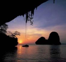 สุดยอดมุมมอง ชมพระอาทิตย์ตกได้จากในถ้ำ ที่ถ้ำพระนาง