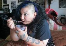 ประหลาด!! สาวช่างสัก ดื่มเลือด แทนน้ำ