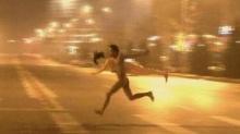 เล่นอะไรกัน!! สาวเปลือยวิ่งตามหนุ่มโป๊แบกตุ๊กตายางไปบนถนน