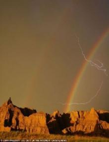 มหัศจรรย์ธรรมชาติ สายรุ้ง 2 วงปรากฎพร้อมกัน ณ สถานที่เดียวกัน ขณะฟ้าผ่า