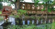 ชาวกรุงเก่าโวยไม่มีใครสนใจเหม็นน้ำท่วมโบราณสถานนานกว่า 1 เดือน