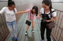 จีนชวนข้ามสะพานหวาดเสียว สูงจากพื้น 180 ม. แกว่งตามแรงลม