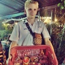 น่ารักอ่ะ!! เด็กฝรั่งเมืองอุบลฯ หอบตะกร้าเร่ขายคัพเค้กหาทุนเรียน
