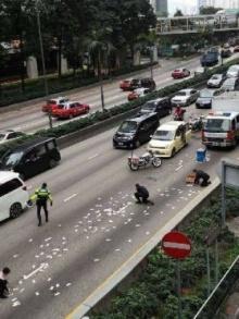 รถขนเงินชนสนั่นที่ฮ่องกง เงิน150ล้านเกลื่อนถนน คนแห่เก็บวุ่น!!