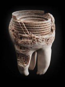 """แปลกแต่เจ๋ง! ช่างแกะสลักงานศิลปะลงบน """"ฟัน"""""""