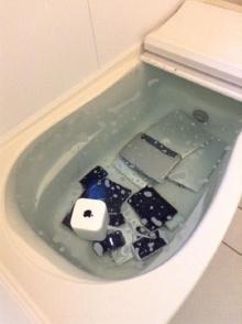 สาวแสบแก้แค้นแฟนมีกิ๊ก หยิบอุปกรณ์ Apple ทั้งหมดในบ้านแช่อ่างอาบน้ำ!