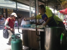 หญิงก้มหัว ยกมือไหว้ทั้งน้ำตา หลัง พ่อค้าข้าวหมูแดง มอบข้าวให้กินฟรี