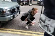 ทำไปได้ !!หญิงชาวออสซี่สุดเถื่อน ถกกางเกงนั่ง ปลดทุกข์ ข้างถนน ตอนกลางวันแสกๆ