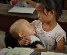 ชีวิตที่ไม่เท่ากัน! เมื่อเด็กหญิง 10 ขวบต้องเรียนไปกล่อมน้องไปที่เห็นแล้วบางคนยังอาย