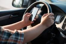 OMG! มาอ่านกันใช้มือถือตอนรถติดไฟแดงผิดกฏหมายหรือไม่