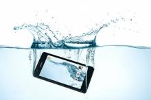 วิธีใหม่ แก้ปัญหา มือถือตกน้ำ ดีกว่าเอาไปแช่ในถังข้าวสารนะ!!