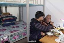 หนุ่มจีนยอดกตัญญู พาพ่อไปอยู่ที่มหาลัยฯด้วย