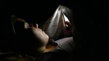การเล่นสมาร์ทโฟนในที่มืดอันตรายกว่าที่คิด
