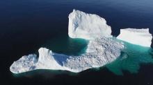 ตะลึง! ภูเขาน้ำแข็งก้อนมหึมาเคลื่อนตัวใกล้ชายฝั่งแคนาดา (มีคลิป)