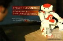 หุ่นยนต์ร้องเต้นพูด 9 ภาษา